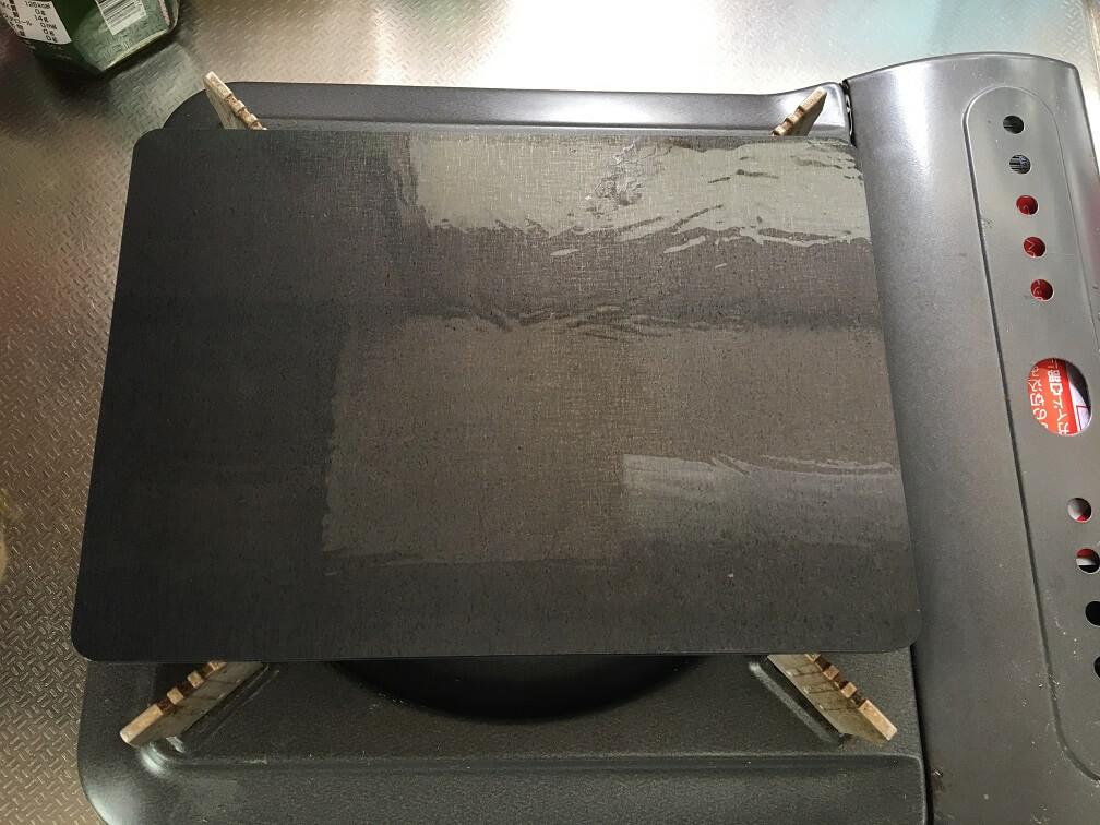シーズニング手順② 鉄板に油を塗る